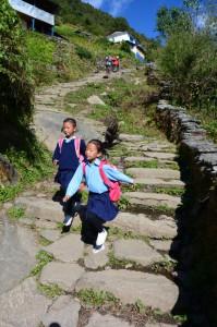 In dem Bergdorf Ulleri ist es ihr Weg zur Schule - 600 Höhenmeter täglich