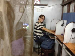 Wir haben keine Mühen gescheut, trotz Stromausfall und Ansteckungsgefahr in diesem Internetcafé in Kathmandu die Klo-Fotos hochzuladen