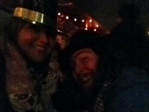 """SIE mit """"Happy New Year""""-Hut und Mike"""