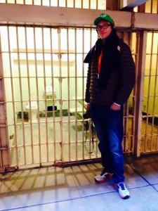 ER vor den bedrückenden Zellen der Häftlinge