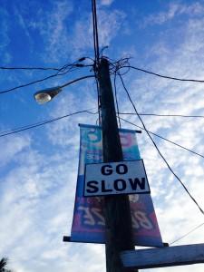 """Wir haben's schnell verstanden: """"Go slow"""" steht an jeder Straßenecke"""