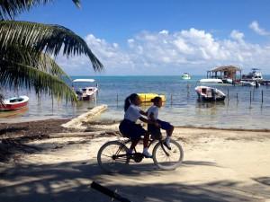 Zur Schule unter Palmen am Strand entlang fahren... Gibt schlimmeres