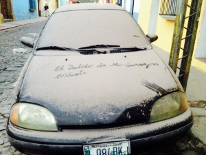 Fast wie ein verschneiter WInter in Deutschland: Die Autos sind bedeckt - mit Asche
