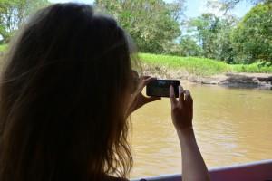 """SIE macht ein schnelles Handy-Foto vom """"Plastik""""-Kroko"""