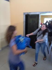 Wiedersehen! Endlich ist Lisa am Flughafen in Bocas del Toro gelandet