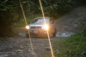 Mit dem Toyota über die Schotterpiste zu unserem Haus im Dschungel