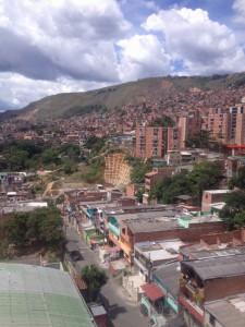 Medellin liegt zwischen Bergen