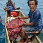 Ein Kuna verkauft die Molas direkt aus dem Boot heraus