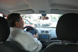 Unser Fahrer in seinem Taxi