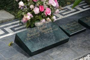 Das Grab liegt direkt an der Kirche