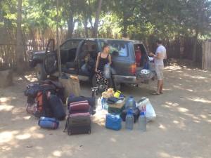 Kommt alles mit: Rucksäcke, Werkzeuge, Benzinkanister, Zelt, Campingkocher